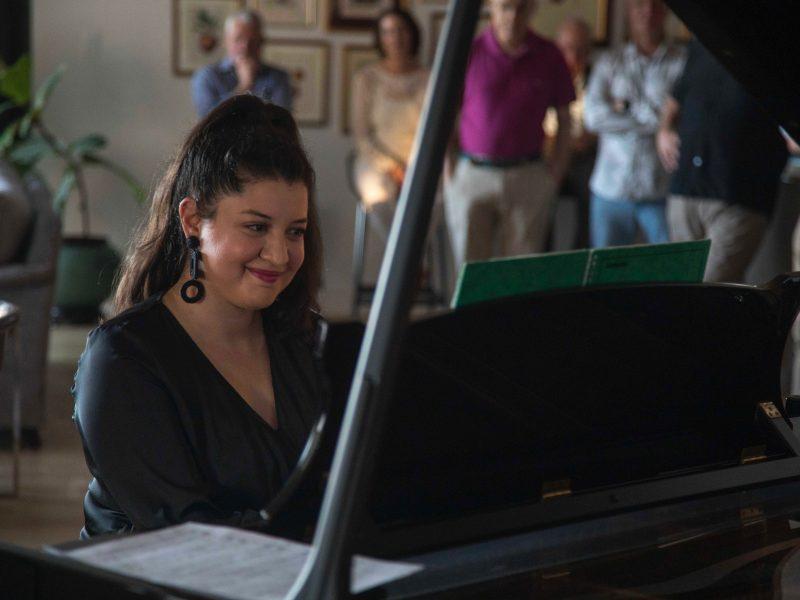 Niki performing